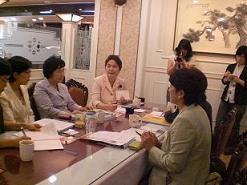 女性議員討議・議員会館で