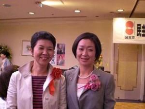 くしぶち万里さん(左は都議会議員の原田恭子さん)