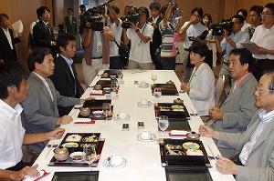 菅代表代行と共に蒲島知事と懇談